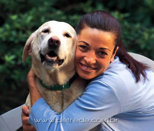 mulher abracando cachorro labrador petrede Raça do cachorro revela personalidade do dono, diz estudo